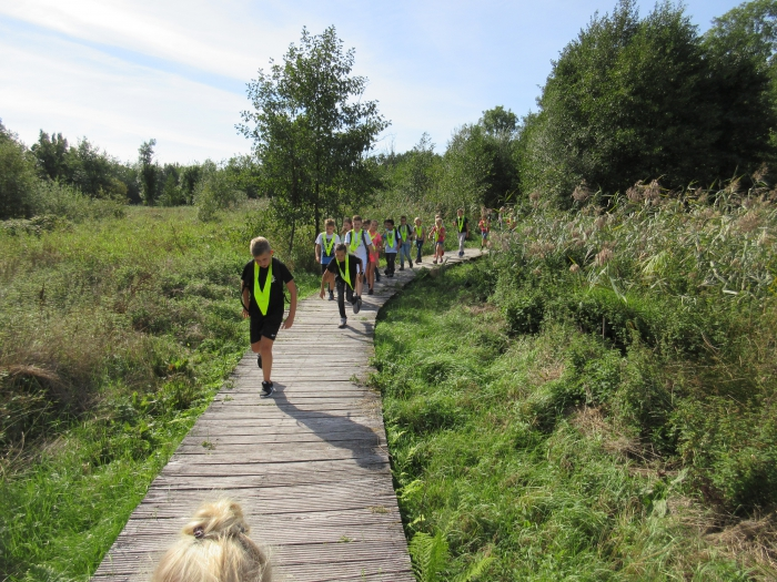 Openbare basisschool Oosterhuizen loopt Klompenpad en fietst de Oosterhuizense fietsroute